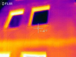 Thermografie einer Gebäudefassade - sichtbare thermische Mängel