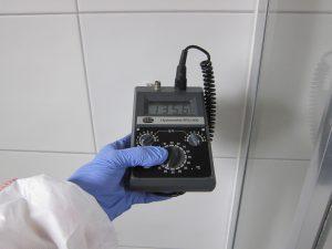 Feuchtigkeitsmessung im Neubau - hier Messung der Feuchtigkeit an einer Wand mittels Aktivsonde