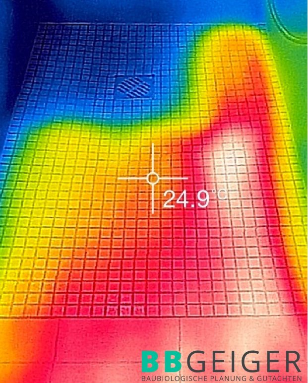 Thermografie eines Bodens im Bad - hier deutlich erkennbar, dass Heizschleifen nicht ausreichend verlegt wurden